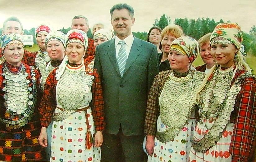 Коренные жители Удмуртии в народных одеяниях и украшениях